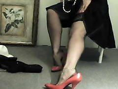 rdeči čevlji in črne nogavice