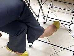 Shoe dangling famous women yellow pumps