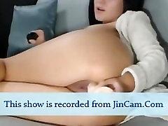 Diezgan bigtits meitene spēlēt ar rotaļlietām uz webcam chat