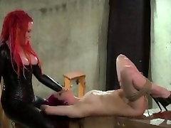 Redhead hausfrau im bad chainded krumpliastiebio ir seksualiai kankina FemDom
