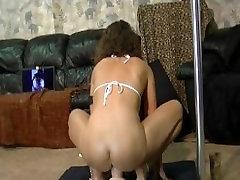 Seksikas brünett naine, seljas suur rasva dildo