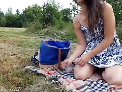 Exhib risqué dans un parc demi blaze avec insertion dun sex toy en verre, en jupe sans culotte