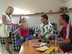 Pidutsemine poisid kruvi purjus blond vanaema