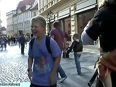 מתוק איילין מראה הסקסי שלה בעירום גוף ציבורי ברחובות