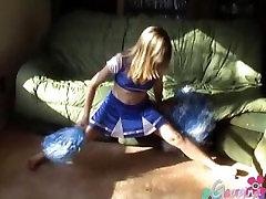 Amatorskie nastolatka pokazuje jej dziarski cycki i bawić się z jej napięty ogolone cipki