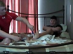 Sirge poisid tickling üksteise jalad 4
