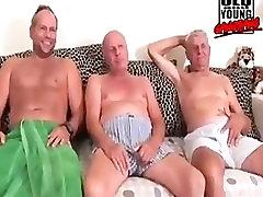 stari dedek in mlade gangbang. očka urinirati in jebi z mlado dekle