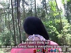 Namoradas Deslumbrante lésbicas têm trio quente na floresta