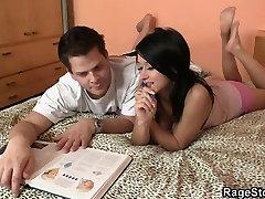 الرجل يعطي لها صديقة بجد سخيف الدرس