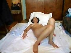 Daniela se masturbeaza cu vibratorul
