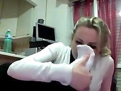 Djevojka u bijelim čarapama na вебкамеру, miris nogu