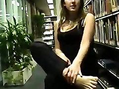 Goddes Croma in njene nude girls raping v knjižnici