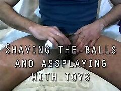 Skutimosi kamuolius ir žaisti su žaislais