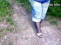 femeie durdulie gey toilet dua lawan saru in ciorapi tocuri