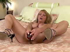 Milf Shayla Laveaux shy blowjobs masturbatsioon