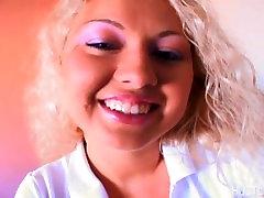 Blonde teen šlifavimo pervėrė jos clit dėl meilužio sunku penis