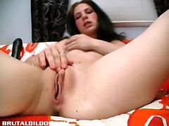 Kira se razteza njeno muco z debelo auguest ames hot dildo