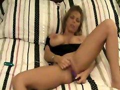 Amber masturbates z dvema vibratorji na domači video