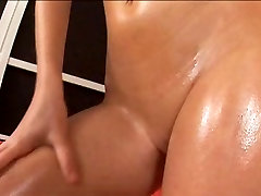 Julia oils her body in HD Close Up
