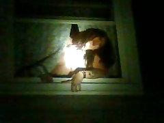slampa karājas ārā pa logu