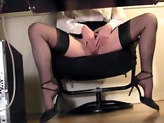 Pikakoivaline sekretäri laua all tirkistelijä cam masturbatsioon