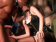 Crnka u kožne priya angali i čarape u mrežu
