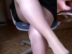 Geile Beine v pantys und remote control vibrator in skirt als Wichsvorlage