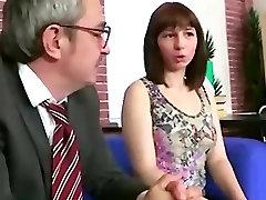 Vana õpetaja armastas oma vene brünett õpilane, kes on harjunud sooritama oma eksamid temaga mahlane raseeritakse tuss