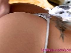 Lesbea HD Onschuldige tiener tiener toont schattige kont als ze wordt van achter geneukt