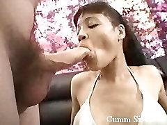 Brünette Schlampe mit haarige Muschi bekommt eine riesige Last von cum in Ihrem Mund