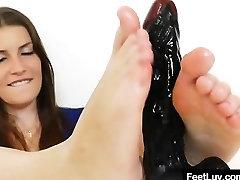 Luštna črna poziranje in dražila plus stopala