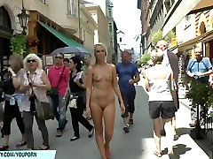 शरारती लड़कियों उनके नग्न निकायों public virabtor सार्वजनिक