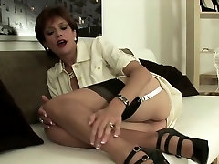 Cheating english mature lady sonia flashes her enormous pupp