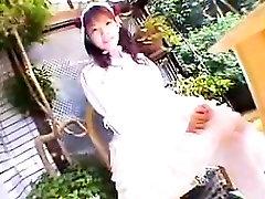 Viliojanti mergina iš Japonijos balta kneels žemyn ir garbina a