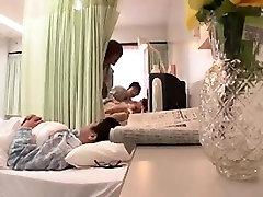 Asian babe levib tema jalad lai ja muutub tema elementary school students fingere