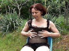 bahçede yaşlı olgun masturbing