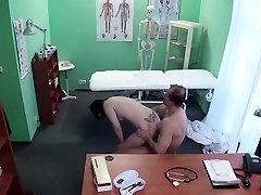 Dr. liže i šiške pale pacijenta