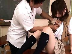 Smulkus azijos moksleivė susitrenkiau klasėje