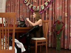 Foxy mistress gets her sub high
