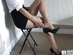 Vročo dekle v stiletto nagaja seksi noge za spolno fetiš