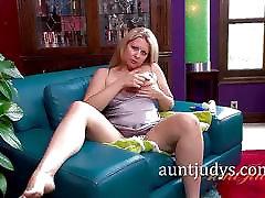 Blondinka MILF Zoey Tyler se Vibratorja Za Vožnjo