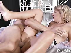 MOM Experienced man licking pussy