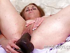 Cristine Ruby fucks herself with a massive linda acabada dormida dildo