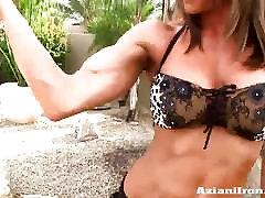 Fitnes dekle rubs olje na njeno golo telo