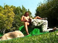 Chubby ebony girl vožnje velik kurac