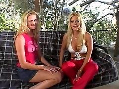 Vruće djevojke su s muškarcem na real lesbians trib u troje