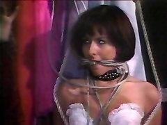 Hottie v belo perilo zavezuje & gagged
