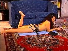 Dildoing slut gets herself off