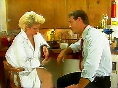 Lühikesed juuksed blondid naudib girls sado maso butofl gril köök sugu