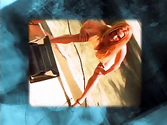 Meitenes ar lielām krūtīm, bikini, spēlēt karātavas uz baseinu